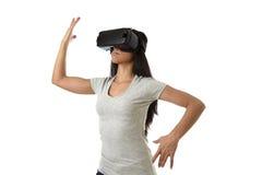 Óculos de proteção 3d de utilização entusiasmado da mulher feliz atrativa que olham a apreciação da visão da realidade 360 virtua Imagens de Stock Royalty Free