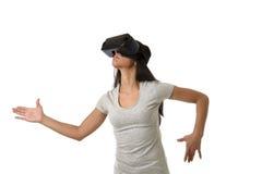 Óculos de proteção 3d de utilização entusiasmado da mulher feliz atrativa que olham a apreciação da visão da realidade 360 virtua Imagem de Stock