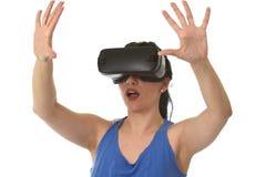 Óculos de proteção 3d de utilização entusiasmado da mulher feliz atrativa que olham a apreciação da visão da realidade 360 virtua Imagem de Stock Royalty Free