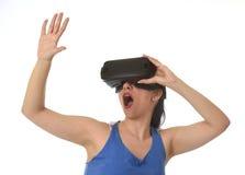 Óculos de proteção 3d de utilização entusiasmado da mulher feliz atrativa que olham a apreciação da visão da realidade 360 virtua Foto de Stock Royalty Free