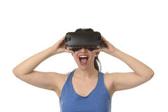 Óculos de proteção 3d de utilização entusiasmado da mulher feliz atrativa que olham a apreciação da visão da realidade 360 virtua Imagens de Stock