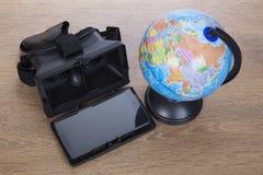 óculos de proteção 3d ou vidros com um globo do mundo de cima de Imagem de Stock Royalty Free