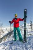 Óculos de proteção do esqui do homem novo do retrato que guardam o esqui nas montanhas Foto de Stock Royalty Free