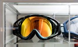 Óculos de proteção do motocross na exposição acrílica na loja fotografia de stock royalty free