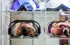 Óculos de proteção do motocross na exposição acrílica na loja imagem de stock royalty free