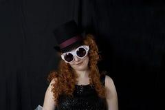 Óculos de proteção e chapéu alto vestindo da jovem mulher Fotografia de Stock Royalty Free