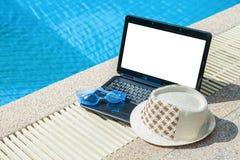 Óculos de proteção e chapéu da natação do portátil ou do caderno na associação com bl foto de stock