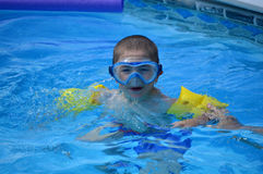 Óculos de proteção novos da natação do menino fotografia de stock