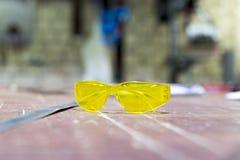 Óculos de proteção protetores na oficina do metal Fotos de Stock Royalty Free