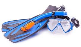 Óculos de proteção, tubo de respiração e aletas azuis do mergulho Isolado Fotografia de Stock Royalty Free