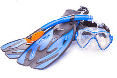 Óculos de proteção, tubo de respiração e aletas azuis do mergulho Isolado Foto de Stock Royalty Free