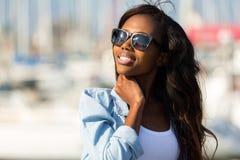 Óculos de sol africanos da mulher fotos de stock
