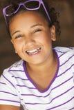 Óculos de sol afro-americanos da luz do sol da criança da menina da raça misturada fotografia de stock