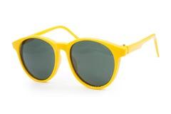 Óculos de sol amarelos no fundo branco Fotos de Stock