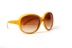 Óculos de sol azuis e amarelos em um fundo branco imagens de stock