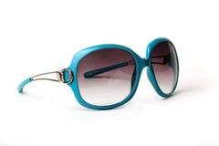 Óculos de sol azuis e amarelos em um fundo branco Imagens de Stock Royalty Free