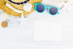Óculos de sol brancos dos acessórios da praia do verão, estrela do mar, chapéu de palha, sh Imagem de Stock