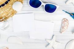 Óculos de sol brancos dos acessórios da praia do verão, estrela do mar, chapéu de palha, sh Imagens de Stock