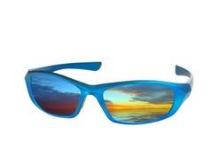 Óculos de sol com uma reflexão do por do sol fotos de stock royalty free