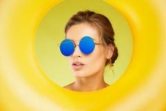 Óculos de sol da forma Mulher bonita com vidros de Sun coloridos Imagens de Stock