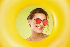 Óculos de sol da forma Mulher bonita com vidros de Sun coloridos Imagem de Stock Royalty Free