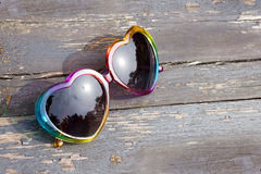 Óculos de sol de madeira velhos da textura fotografia de stock