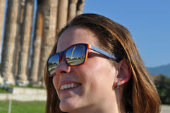 Óculos de sol de sorriso e vestindo da mulher de Youn Imagens de Stock