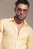Óculos de sol desgastando consideráveis do homem novo Fotografia de Stock