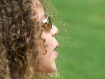 Óculos de sol desgastando da menina Imagens de Stock