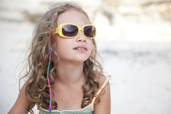 Óculos de sol desgastando da menina bonito Fotografia de Stock Royalty Free