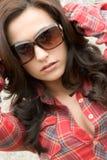 Óculos de sol desgastando da mulher fotografia de stock