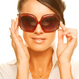 Óculos de sol desgastando da mulher bonita da forma imagens de stock