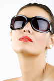 Óculos de sol desgastando da mulher nova, bonita fotografia de stock royalty free
