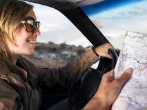 Óculos de sol desgastando da mulher nova que sorriem e que conduzem Imagem de Stock