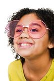 Óculos de sol desgastando e sorriso da menina Fotografia de Stock Royalty Free