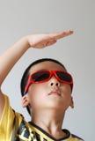 Óculos de sol do desgaste do menino Fotos de Stock Royalty Free