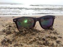 Óculos de sol do divertimento da praia imagens de stock