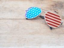 Óculos de sol do espelho com teste padrão da bandeira americana Fotografia de Stock Royalty Free