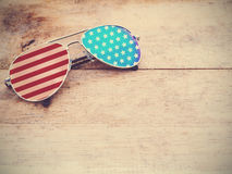 Óculos de sol do espelho com teste padrão da bandeira americana Fotos de Stock
