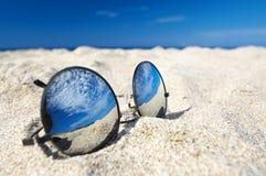Óculos de sol do espelho na praia foto de stock royalty free