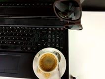 Óculos de sol do fingerboard do teclado do café Imagens de Stock Royalty Free