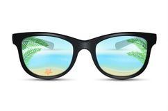 Óculos de sol do verão com reflexão da praia Fotografia de Stock Royalty Free