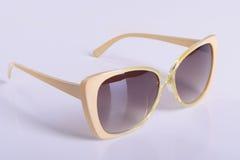 Óculos de sol dourados isolados no branco Fotografia de Stock Royalty Free