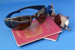 Óculos de sol e passaportes. Fotografia de Stock Royalty Free