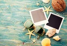 Óculos de sol e quadros vazios das fotos do polaroid Imagens de Stock