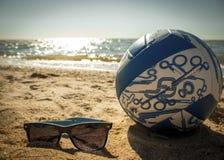 Óculos de sol, e voleibol Fotos de Stock Royalty Free