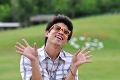 Óculos de sol loucos da laranja do homem de Ásia Tailândia fotos de stock royalty free
