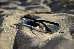Óculos de sol na areia Foto de Stock Royalty Free