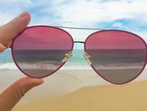 Óculos de sol na praia Fotos de Stock