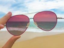 Óculos de sol na praia Foto de Stock Royalty Free